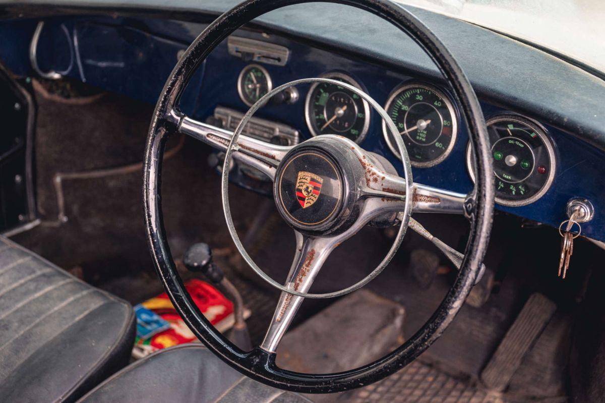 Foto del interior del Porsche encontrado en un depósito