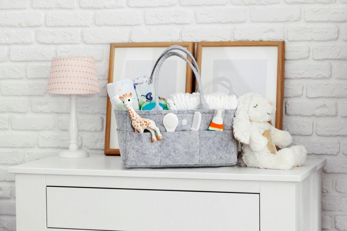 Disponer de artículos que te permitan tener a tu bebé cerca mientras haces otras cosas y tener todo a la mano, te facilitará mucho su cuidado