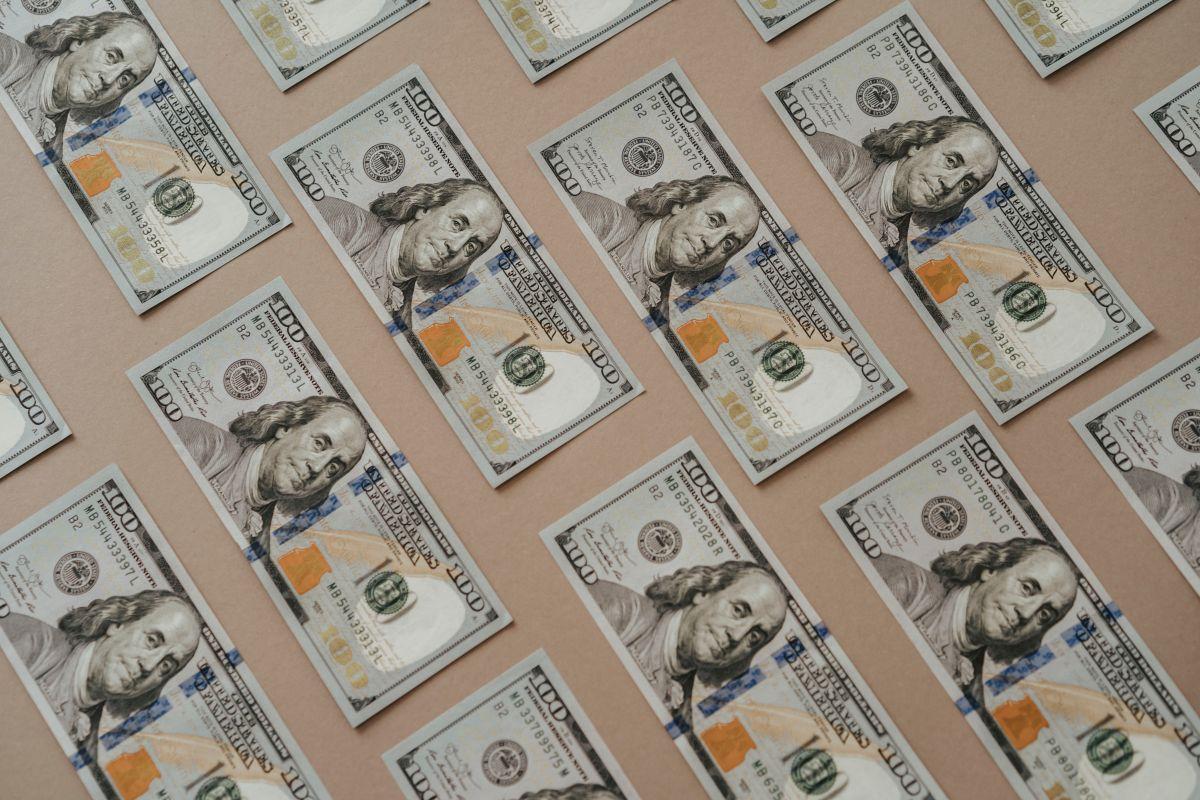 El dólar pierde terreno este viernes en México.