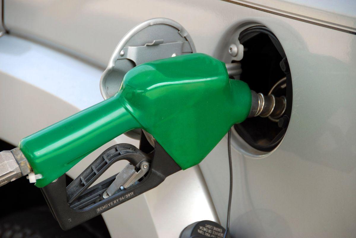 Foto de un auto poniendo gasolina en una estación de servicio
