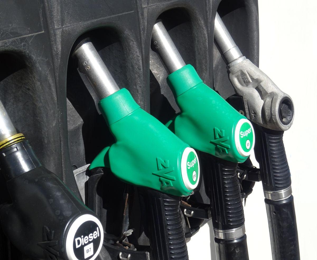 Foto de varias opciones de combustible en una estación de servicio
