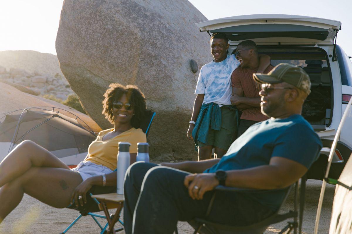 Foto de una familia disfrutando del SUV R1S de Rivian