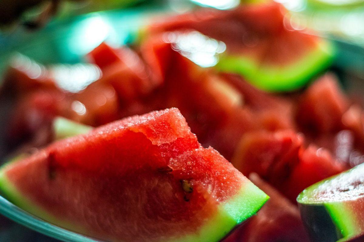 La sandía es rica en agua (95% de su peso) y sales, una fruta que ayuda a mantener tu cuerpo hidratado en las altas temperaturas.