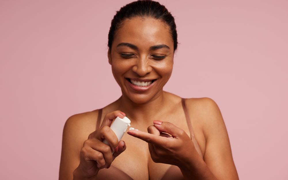 Ácido mandélico regenera la piel dando protección contra las arrugas y las manchas.
