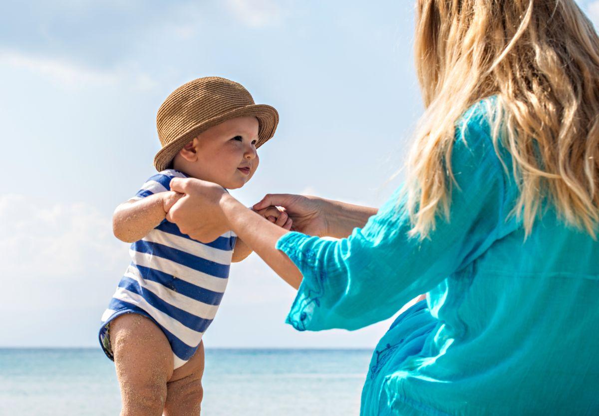 La ropa que use tu bebé durante el verano, debe ser holgada y suave, elaborada con telas transpirables como el algodón
