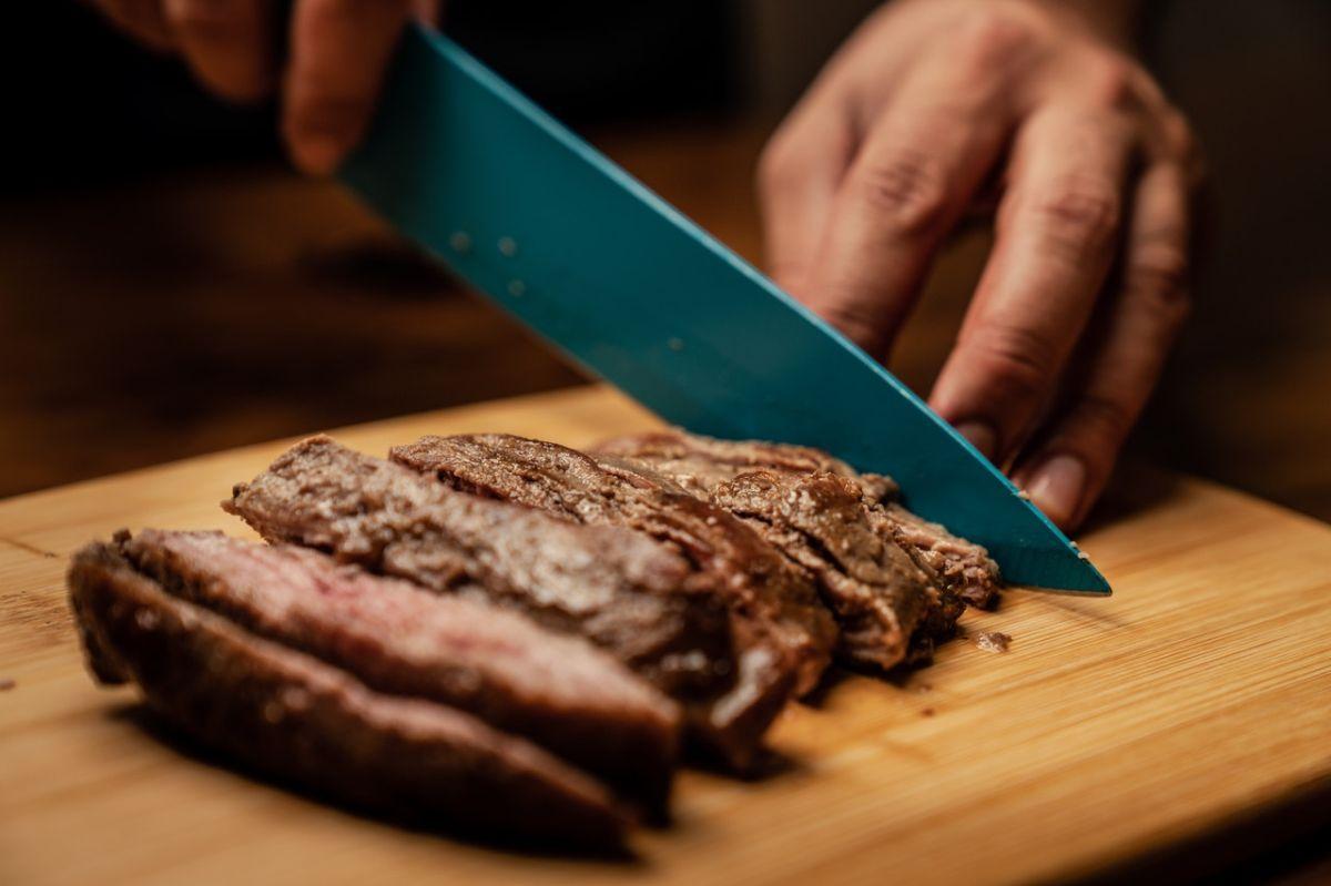 Cocinar bien la carne ayuda a que esta sea más fácil de digerir.