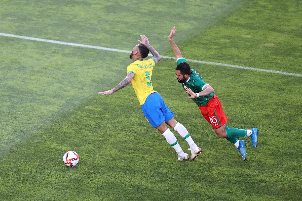 Momento exacto del espectacular clavado de Douglas Luiz.