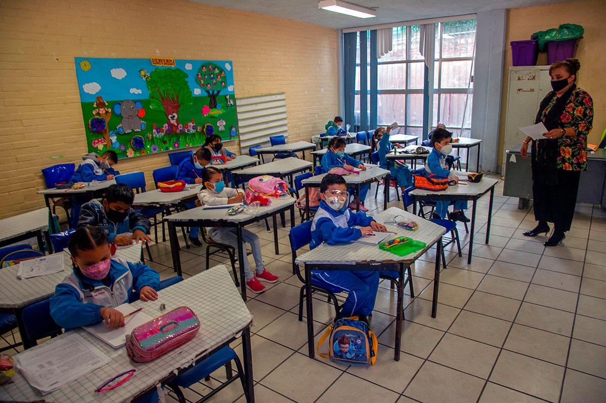 Niños en México regresan a clases presenciales tras confinamiento por la pandemia.