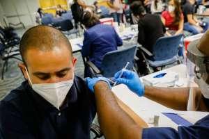 La administración de Biden se alista a requerir que los viajeros extranjeros estén vacunados