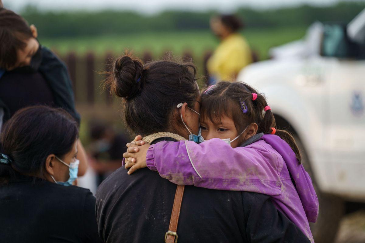 Familias migrantes se entregan a la Patrulla Fronteriza en Penitas, Texas.