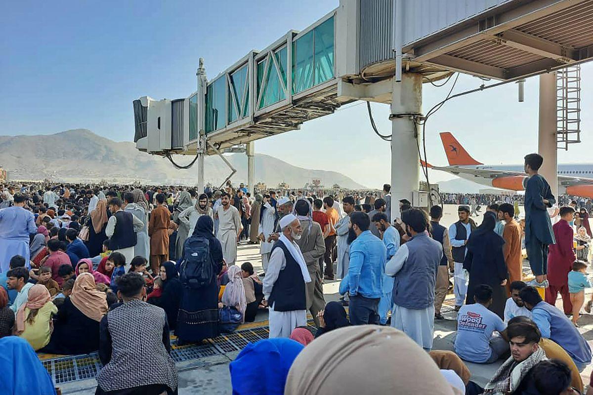Imágenes del aeropuerto de Kabul muestran el caos de una multitud de personas intentando escapar del país-GettyImages-1234707431.jpeg