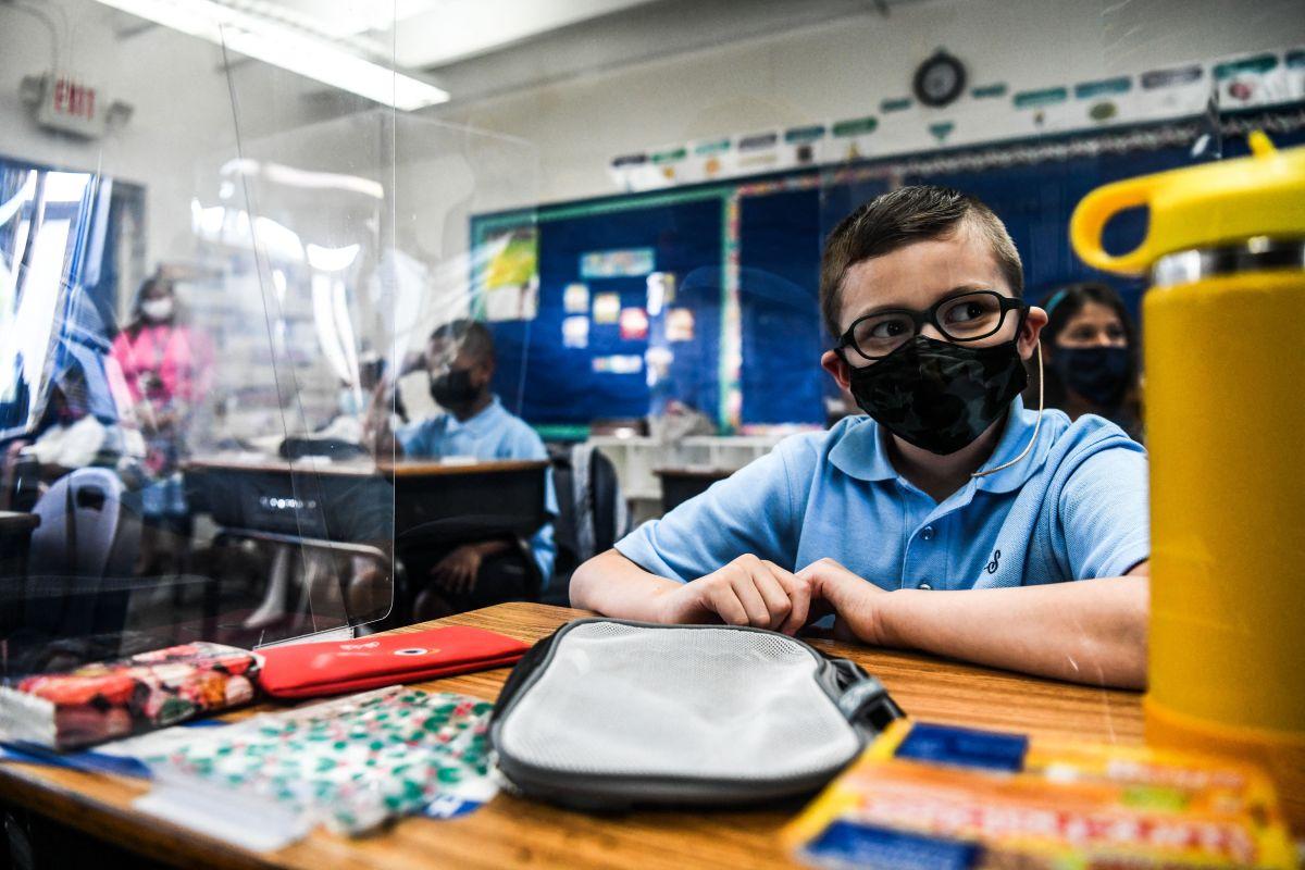 Estudiantes con mascarillas en una escuela de Miami.