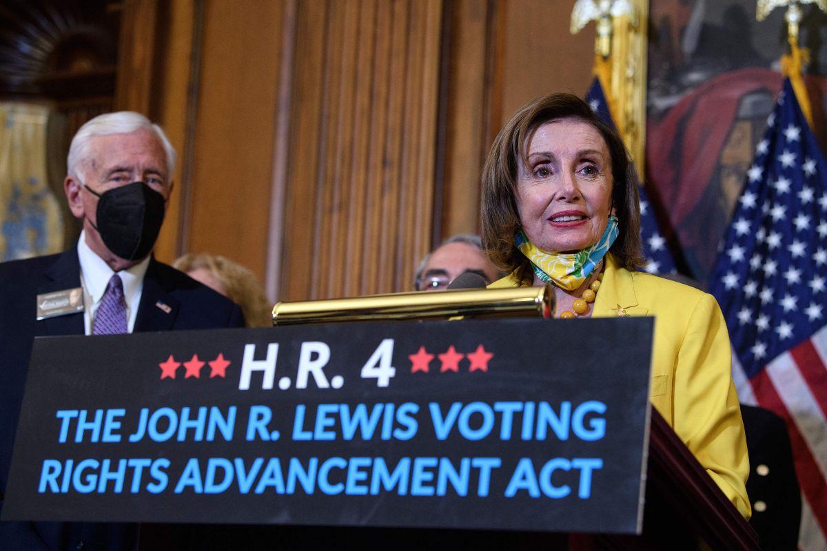 Nancy Pelosi durante la rueda de prensa después de la aprobación del proyecto de ley.
