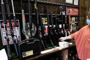 México presenta demanda histórica contra empresas fabricantes de armas de EE.UU. por tráfico ilegal y negligente