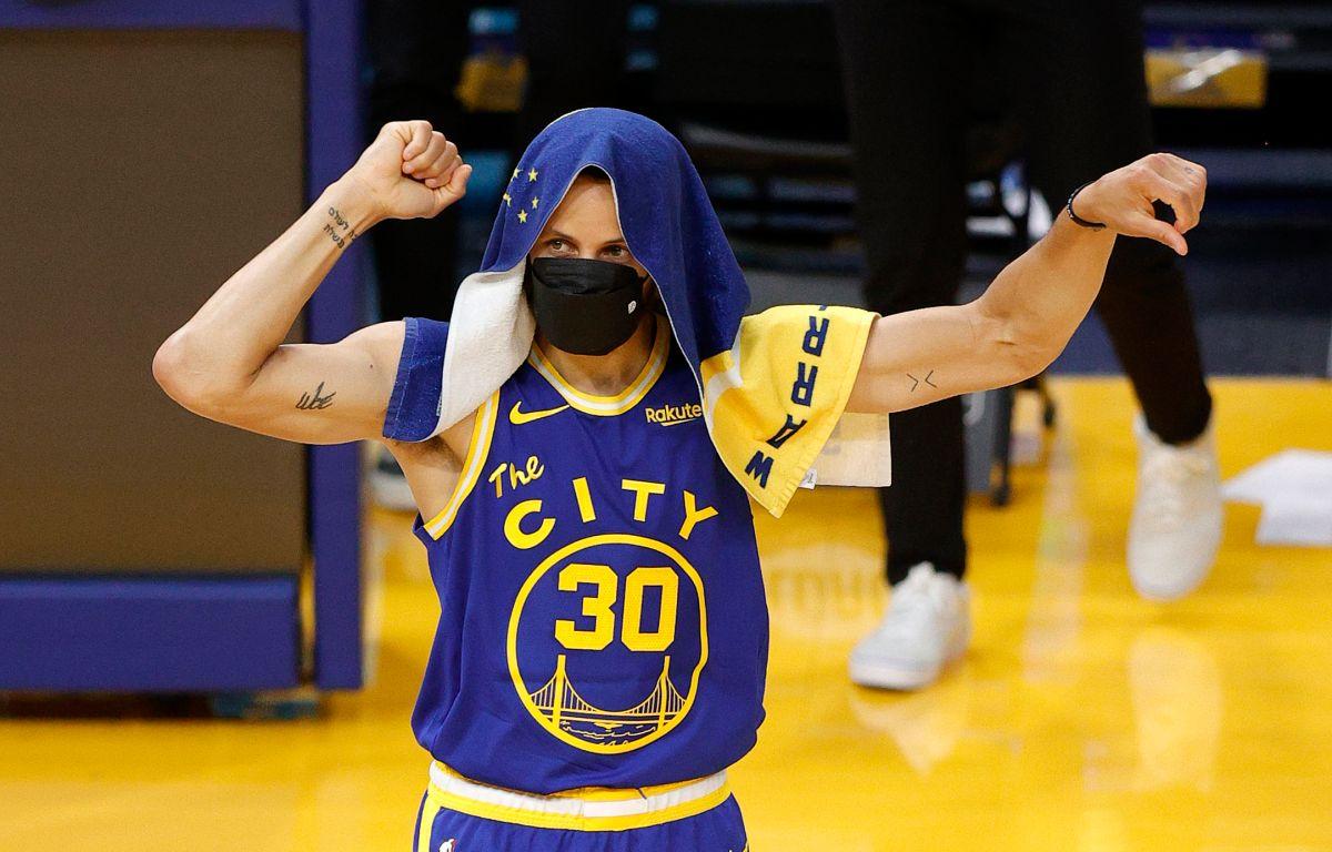 La nueva firma permite a Curry tener un salario promedio anual de $54 millones de dólares.