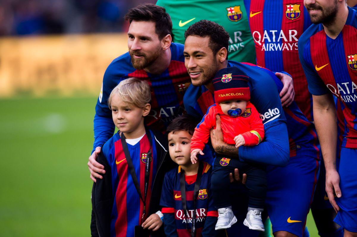 Lionel Messi y Neymar con sus hijos.