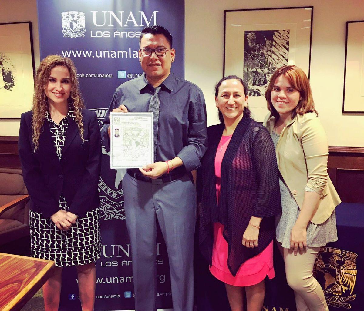 Daniel Meza Cortés recibe su diploma de bachillerato del personal de la UNAM-LA. (Suministrada)