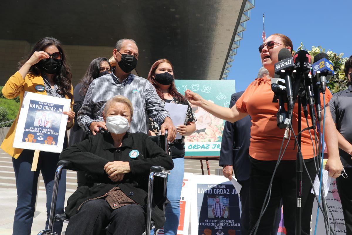 Familiares de David Ordaz Jr., anuncian la demanda contra la agencia del orden.