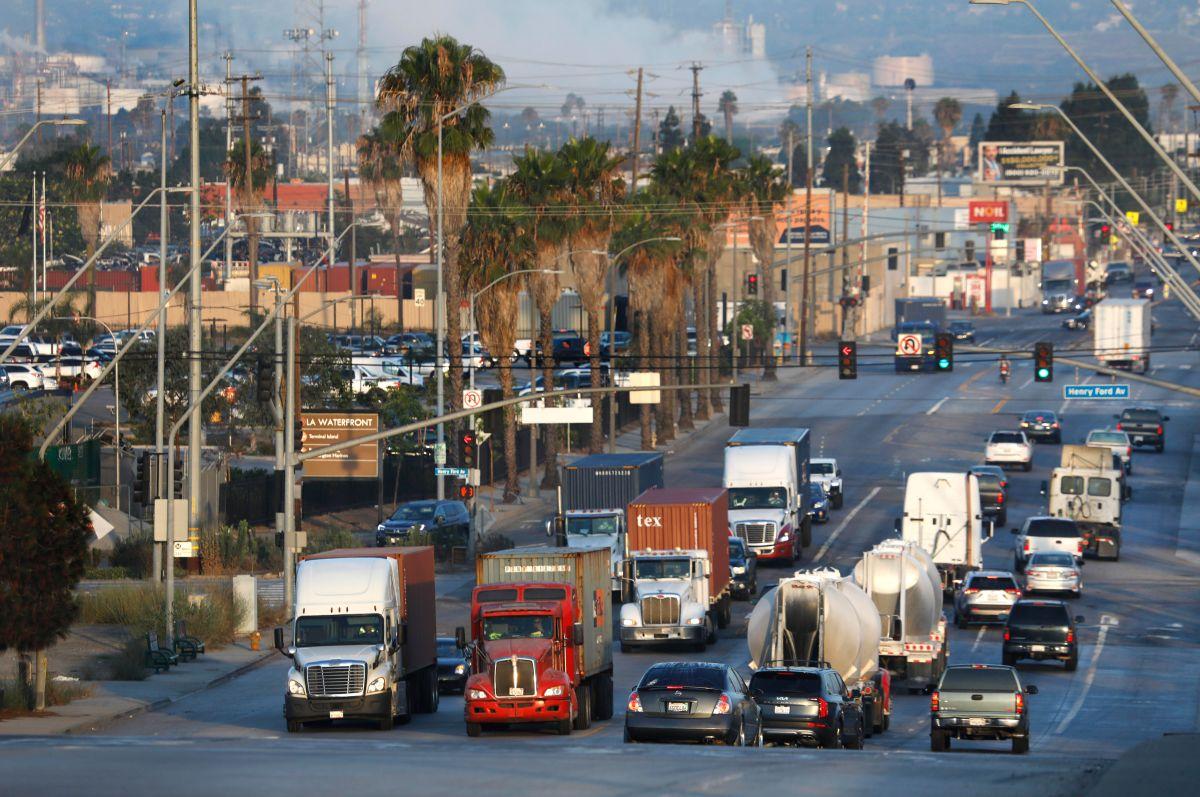 Tráfico de camiones y automóviles a lo largo de East Anaheim Street, en el vecindario de Wilmington de Los Ángeles, cerca del Puerto de Los Ángeles. La gran mayoría de los camiones que entran y salen de los puertos de Los Ángeles y Long Beach son diésel. (Foto: Carolyn Cole / Los Angeles Times)