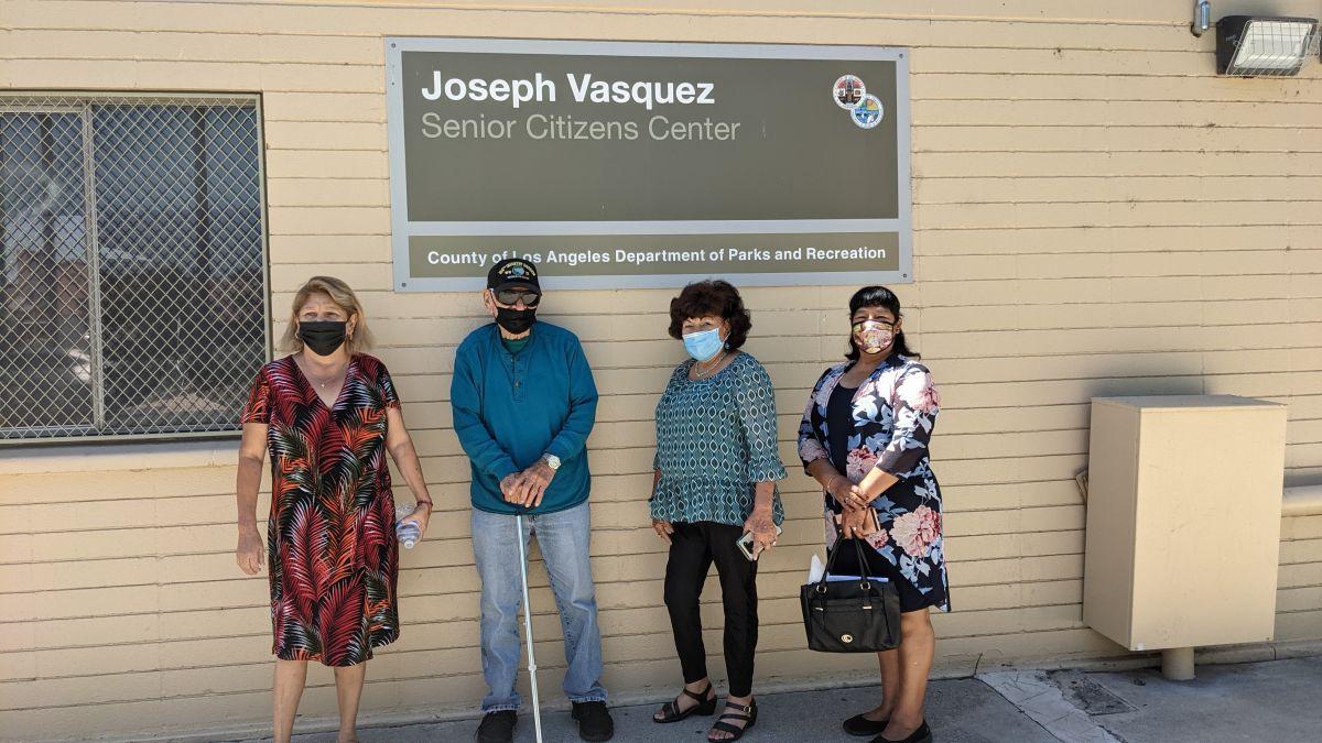 Líder voluntario Chris Mojica junto a miembros del centro para personas de la tercera edad Joseph Vasquez. (Jacqueline García/La Opinión)