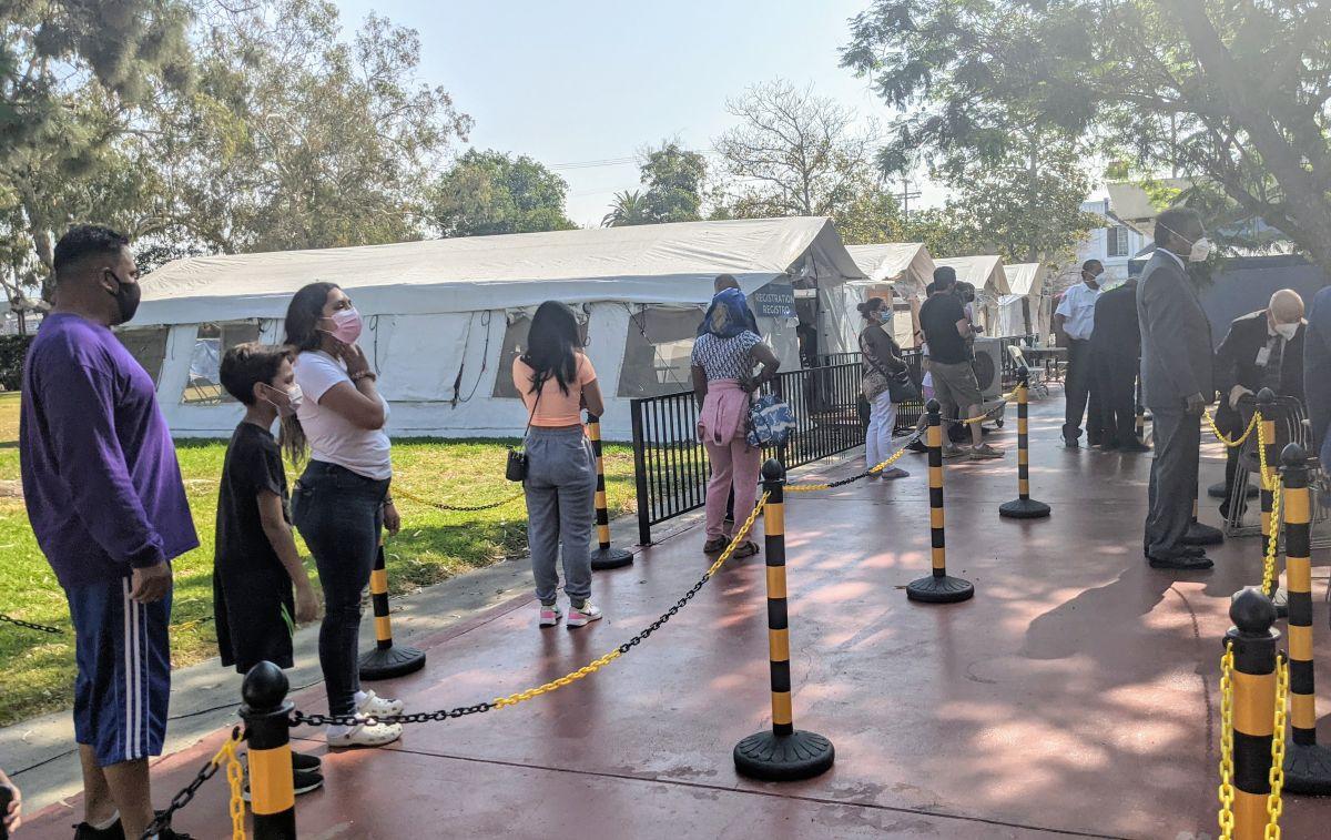 La clinica Kedren del sur de Los Ángeles realiza pruebas de covid-19 y administra la vacuna. (Jacqueline García/La Opinión)