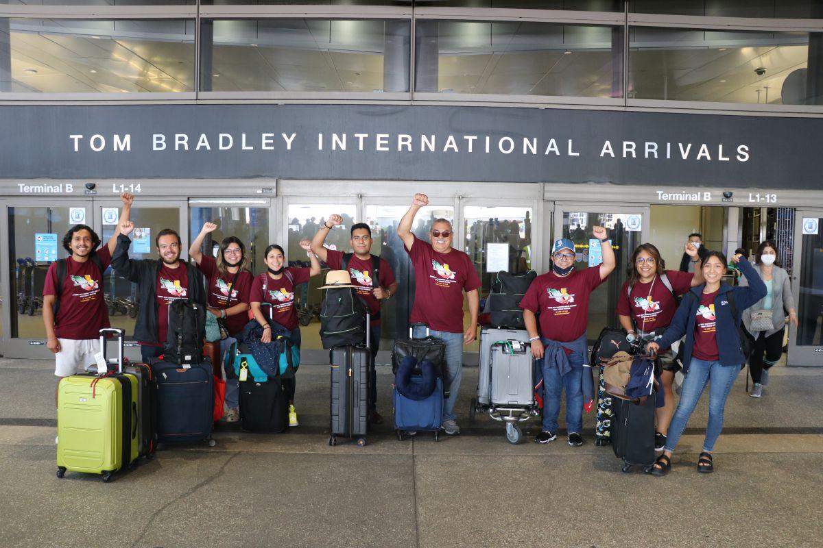 El grupo de 'soñadores celebra a su regreso a Los Ángeles. / foto: Jorge Luis Macías.