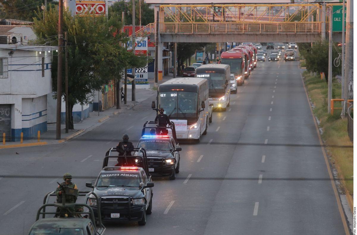 Trabajadores mexicanos viajan en camiones de Nuevo León a Texas para vacunarse contra la COVID-19.