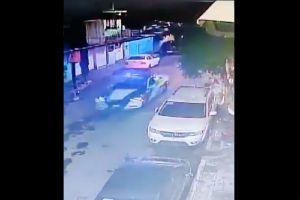 VIDEO: Jovencitos escapaban de policía y estrellan su moto contra auto; mueren 2 instantáneamente