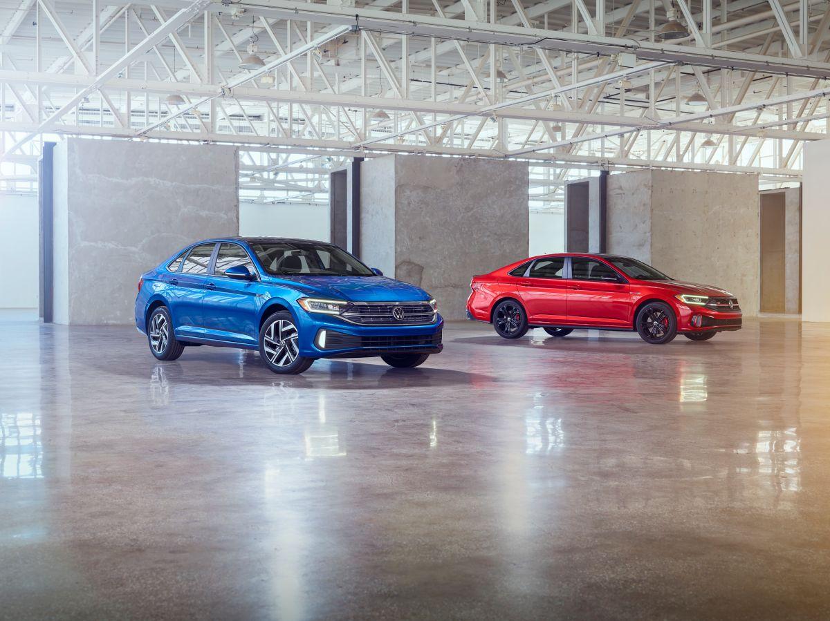 Foto de dos modelos de Volkswagen Jetta 2022