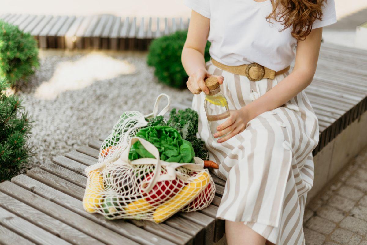 Desde nuestros hogares podemos hacer un buen trabajo en pro del medio ambiente, evitando adquirir artículos de un sólo uso y sustituyendo el plástico por otros materiales menos contaminantes