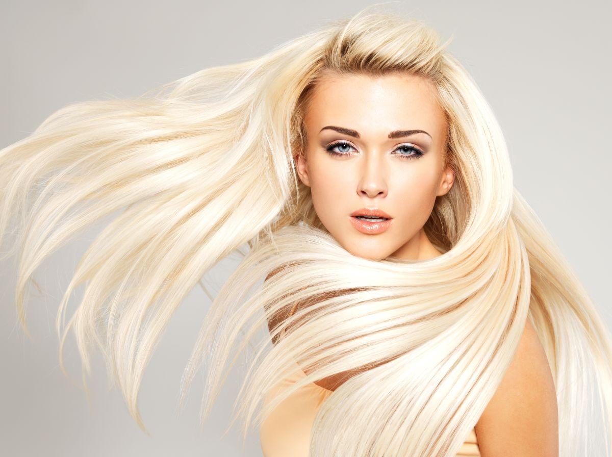 Sin importar si tu cabello rubio es natural o teñido, es necesario que le des el cuidado adecuado