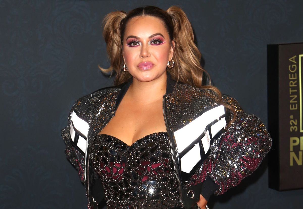 """Chiquis Rivera goes out to the balcony to do a sensual """"perreo"""", showing off her rear in tight dresses"""