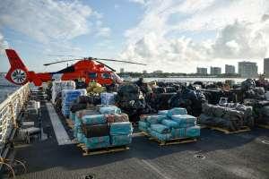 La Guardia Costera de EE.UU. descarga el mayor botín de narcóticos ilegales en su historia