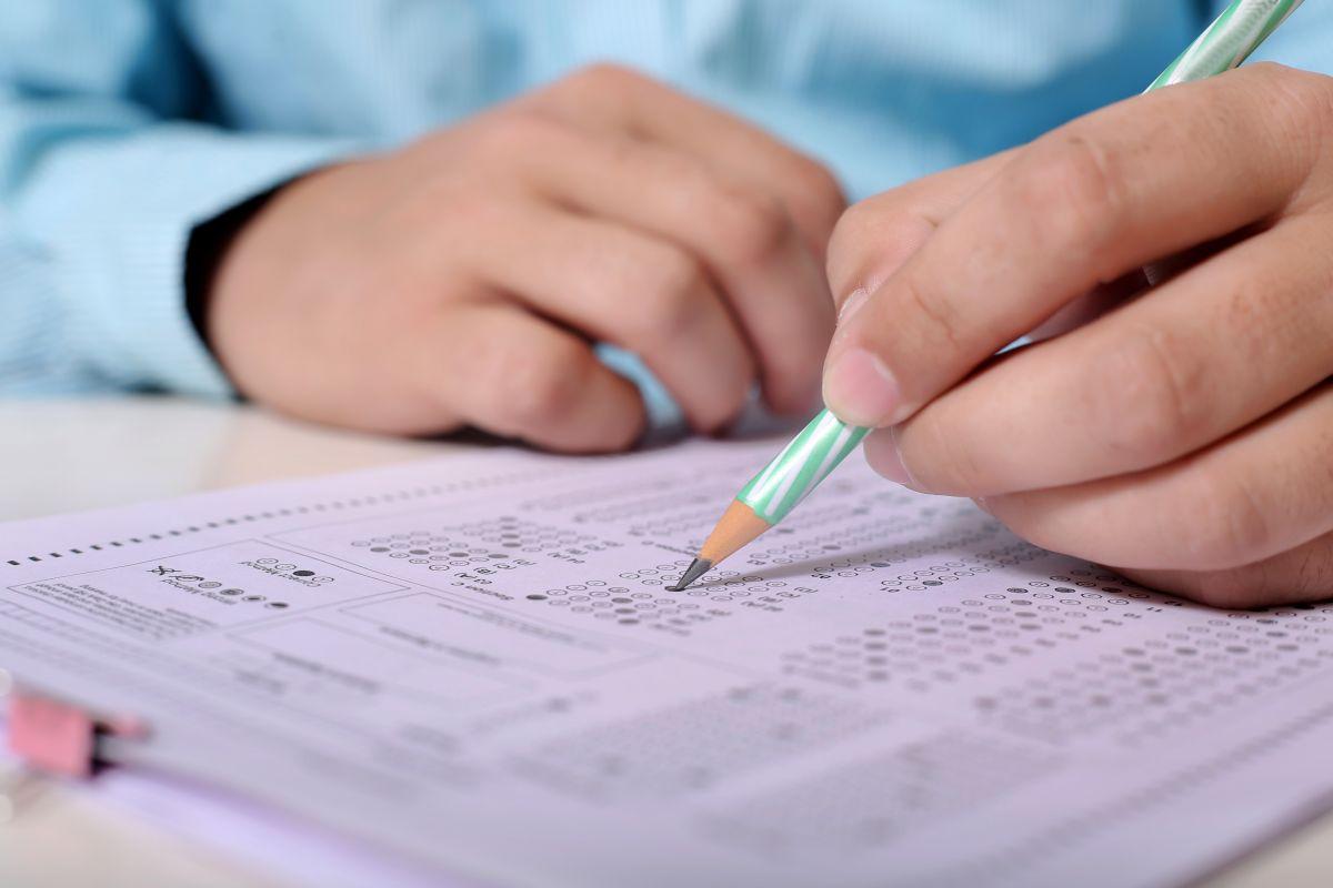 El examen escrito o prueba de conocimientos es uno de los requisitos más importantes para obtener la licencia de conducir en todo Estados Unidos.