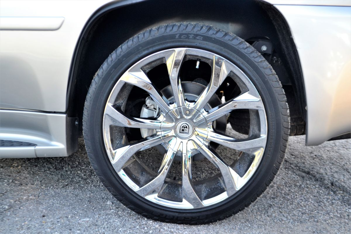 El desgaste irregular suele ser una señal de falta de aire o alineación en los neumáticos.