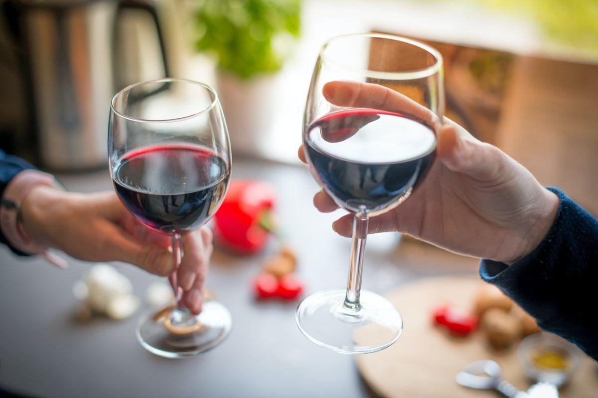 Los CDC afirman que todos los tipos de bebidas alcohólicas, incluidos el vino tinto, están relacionados con el cáncer.
