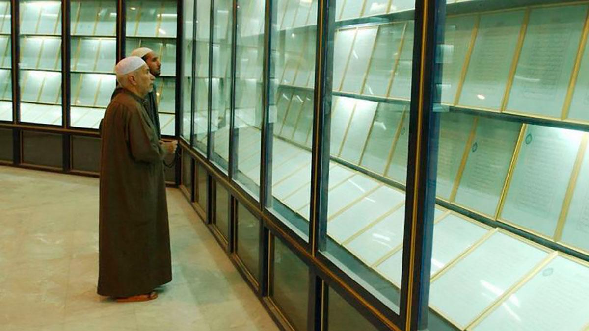 """En esta foto de marzo de 2003 se puede ver el Corán de sangre expuesto en una vitrina en la mezquita llamada en ese entonces """"Madre de todas las batallas""""."""