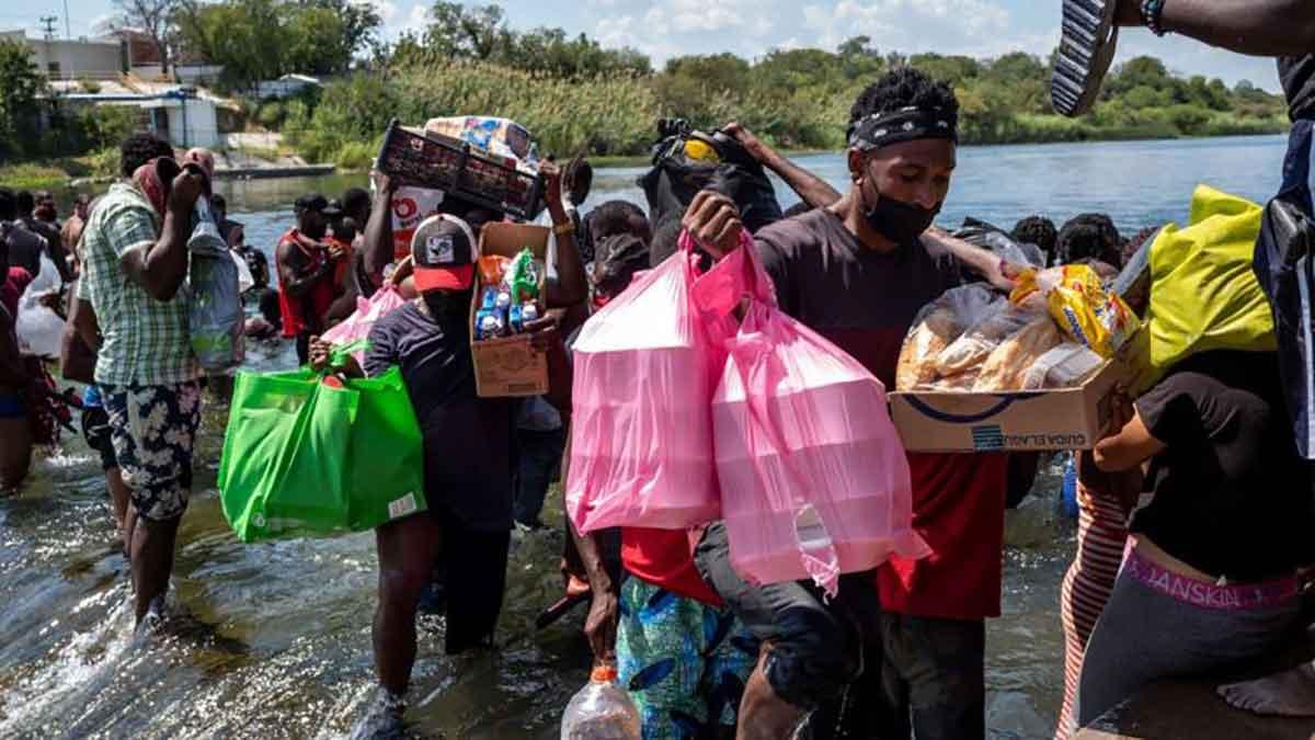 Los migrantes han tenido que cruzar el río hacia México en busca de suministros.
