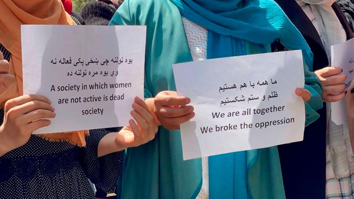 Algunas afganas protestaron en Kabul contra las restricciones que se les han impuesto.