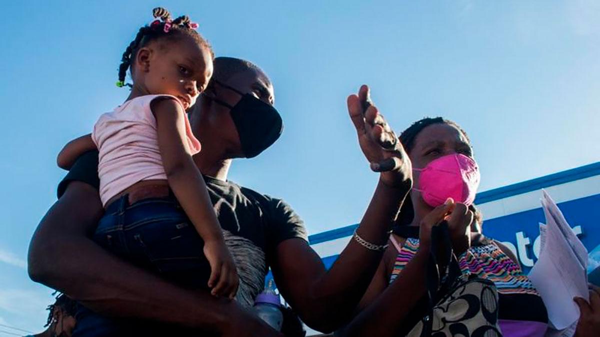 """""""Tengo una mujer embarazada de 8 meses y no tenía nada para comer. Pensé que me iban a deportar"""": los haitianos que lograron cruzar a EE.UU."""