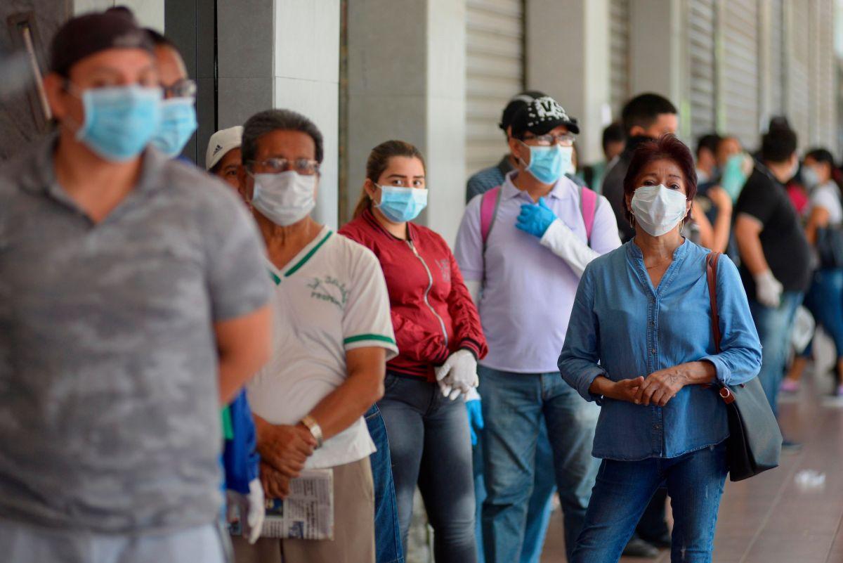 Fila para acceder a comercios en la pandemia: Guayaquil, 2020.