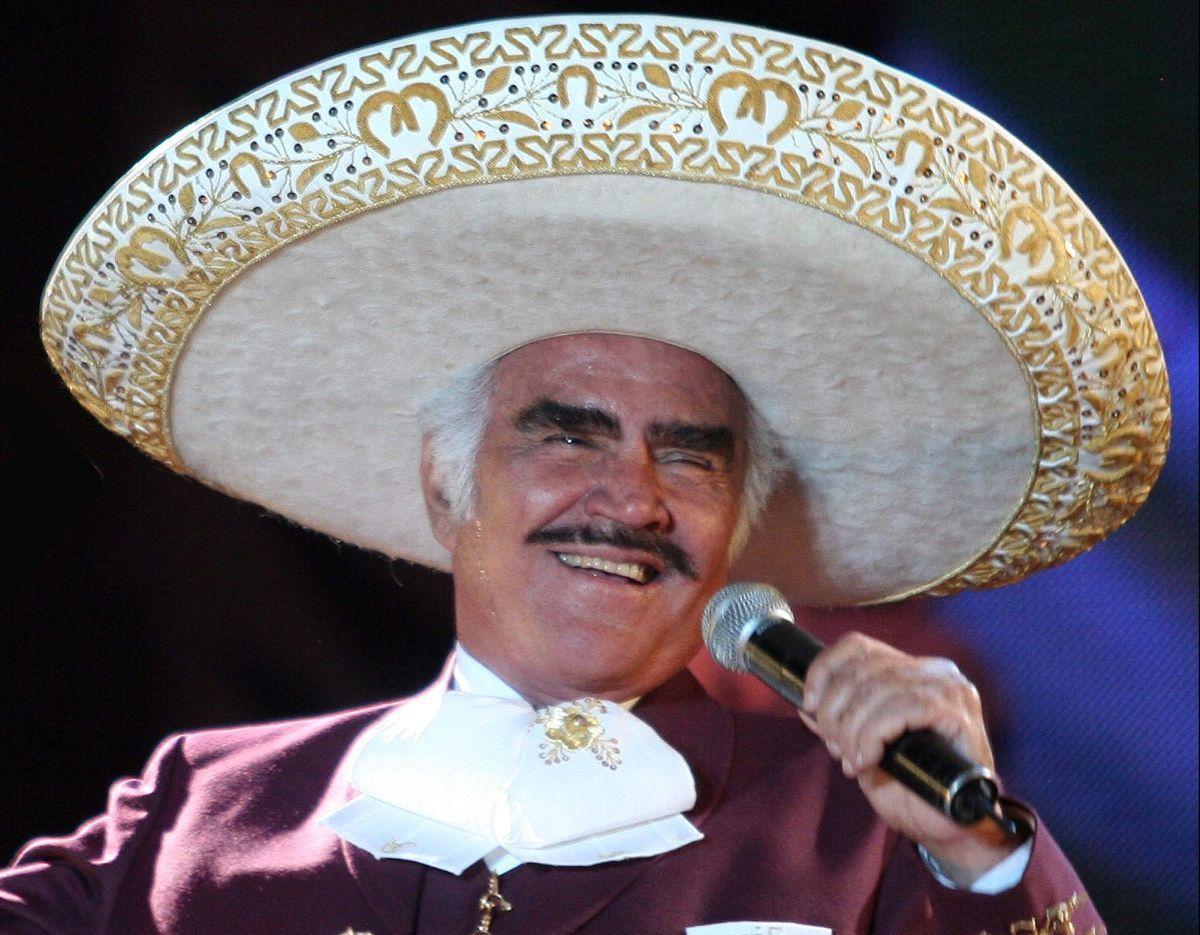 Vicente Fernández se mantiene en terapia intensiva y con rehabilitación.