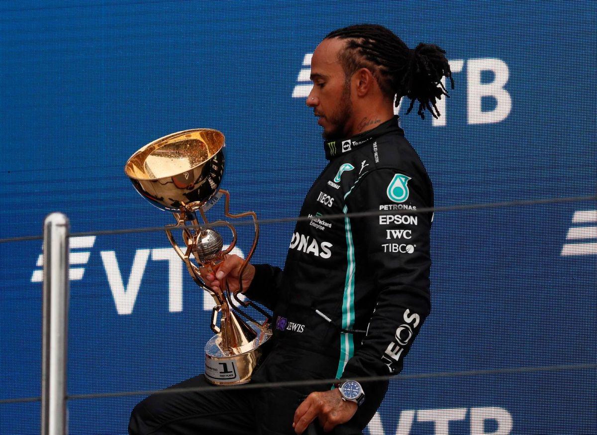 El piloto británico no ganaba una carrera desde el 18 de julio.