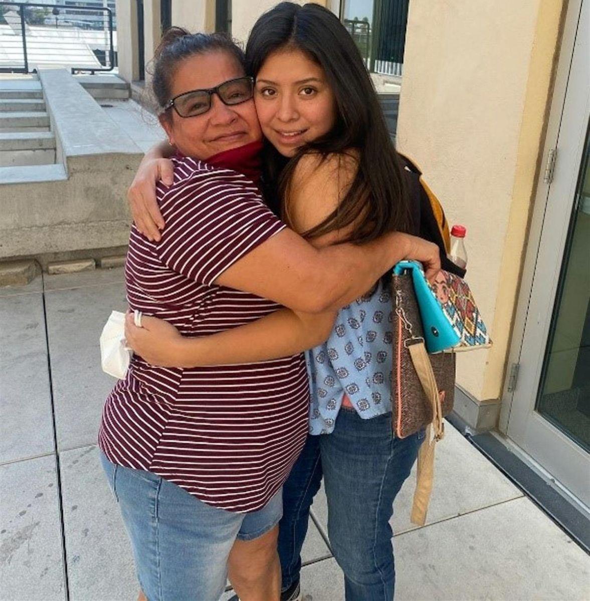 Madre e hija se reencontraron en Florida luego de 14 años gracias a un mensaje por redes sociales.
