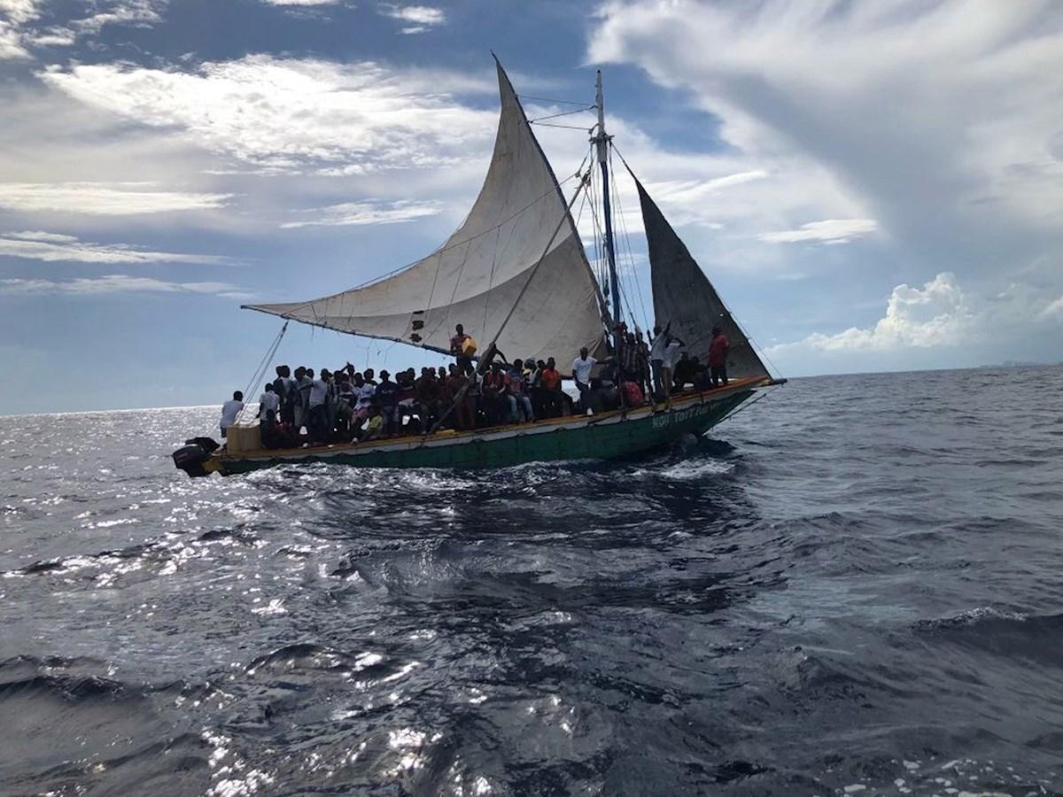 Guardia Costera intercepta embarcación con más de 100 haitianos en costas de Florida.