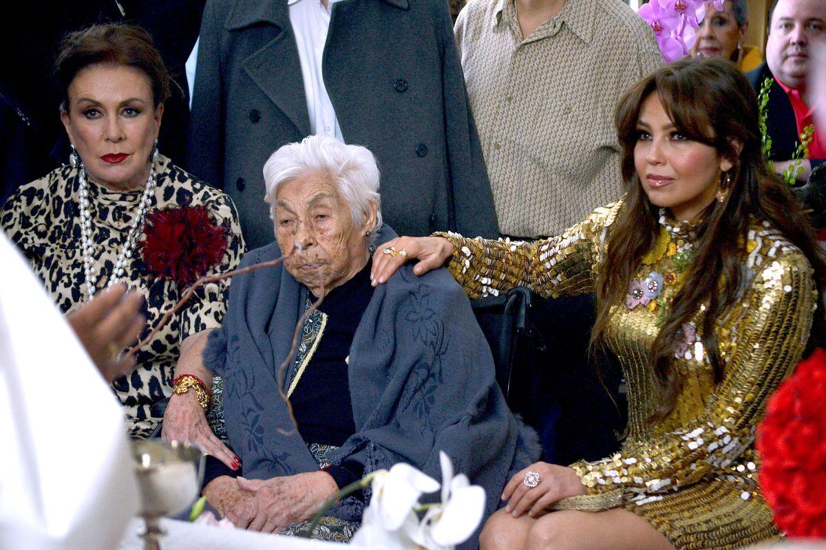 Abuelita deThalía y Laura Zapata tiene fracturadas las dos piernas.
