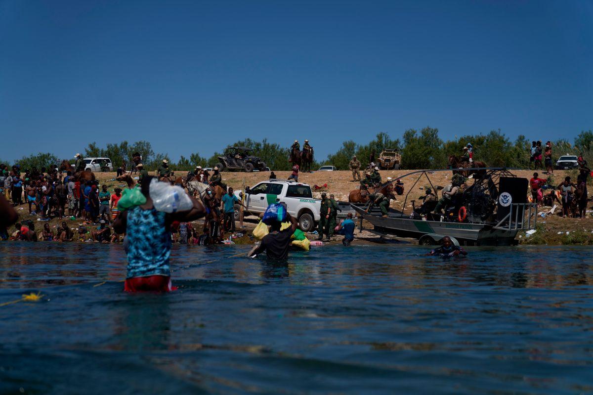 La Patrulla Fronteriza en Del Río vigila para impedir el arribo de migrantes.