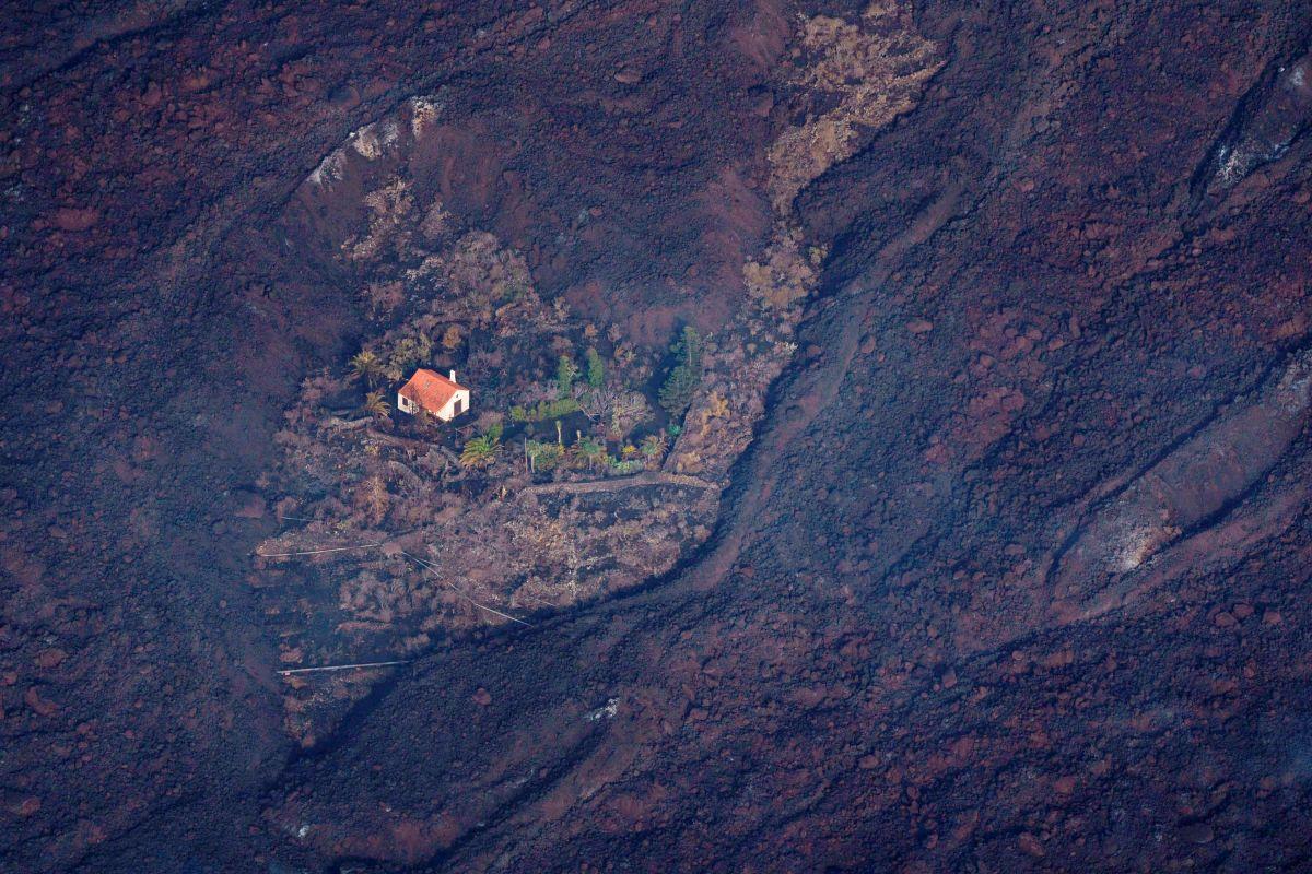 La lava del volcán rodeó esta casa en El Paso, en la isla canaria de La Palma.