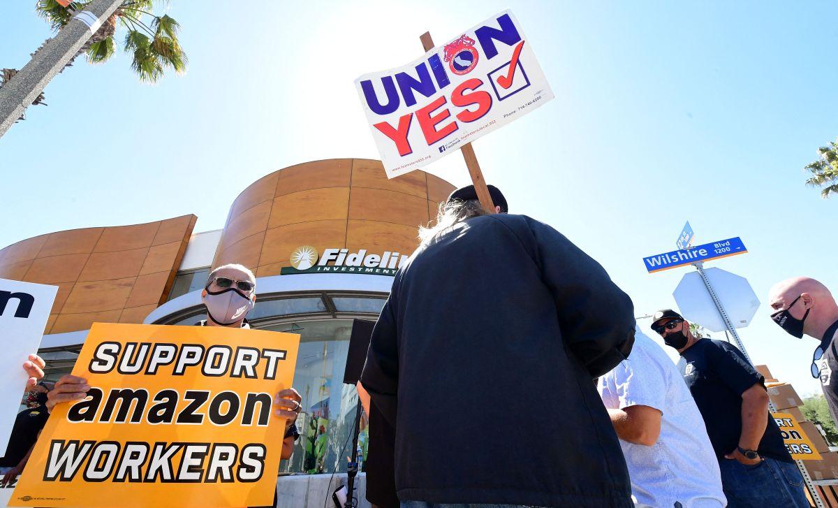 Trabajadores de Amazon protestaron contra el despido de las trabajadoras en mayo.