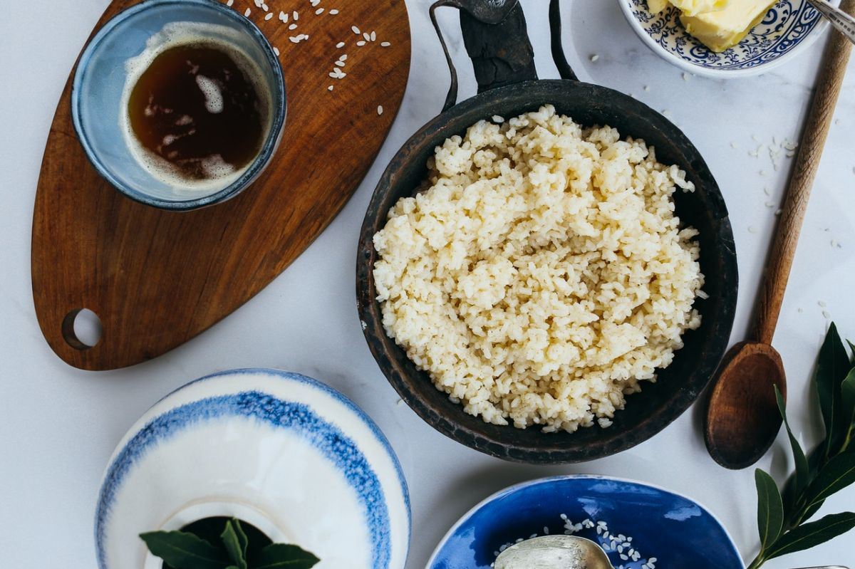 El arroz blanco o arroz refinado es un carbohidrato poco saludable que favorece al aumento de peso.